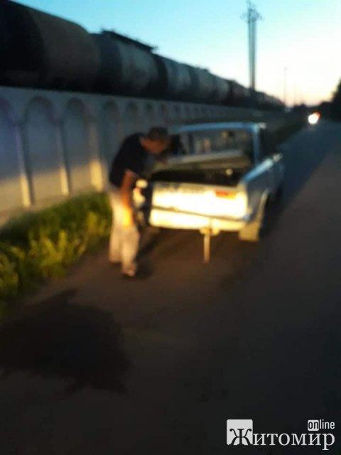 У Коростені п'яний чоловік на авто намагався втекти від поліції та врізався в бетонну огорожу. ФОТО