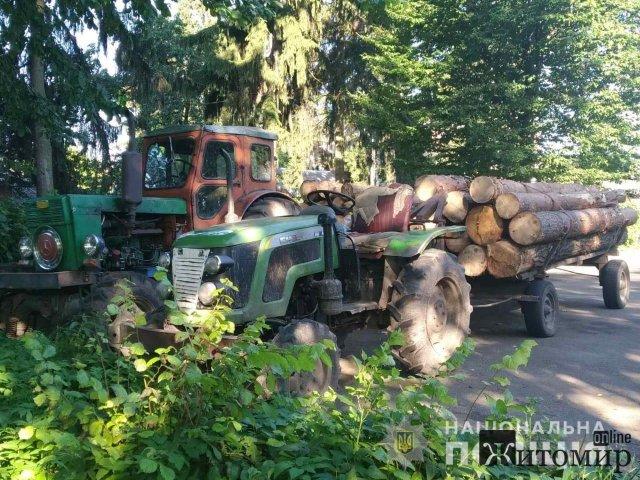 У селі Житомирської області поліцейські зупинили трактори, які перевозили деревину без документів. ФОТО
