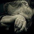 На Житомирщині молодик вдарив в обличчя пенсіонерку та витягнув з кишені гроші