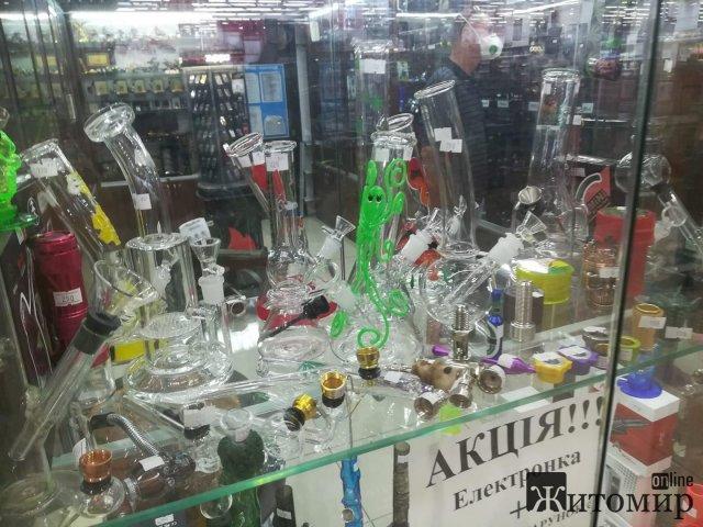 У житомирському Глобалі спокійно можна придбати апарати для куріння різних наркотиків. ФОТО