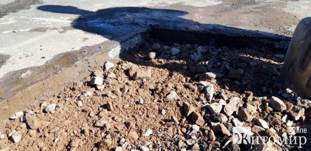 У селищі Житомирської області відновлюють нове дорожнє покриття, яке пошкодила вантажівка. ФОТО