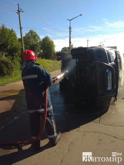 У Коростені перекинувся автомобіль та вилилось пальне. ФОТО