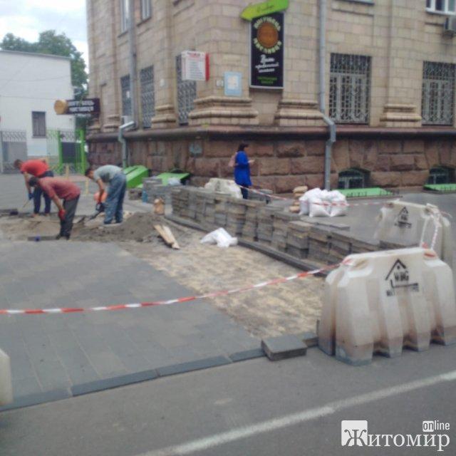 У Житомирі знову перекладають тротуарну плитку. ФОТО