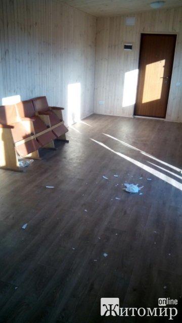 У селищі Житомирської області невідомими понівечили будівлю автозупинки. ФОТО