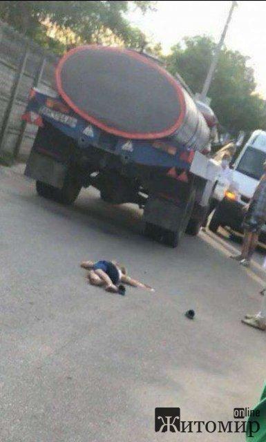 На Полевой в Житомире водитель на молоковозе насмерть сбил ребёнка. ФОТО