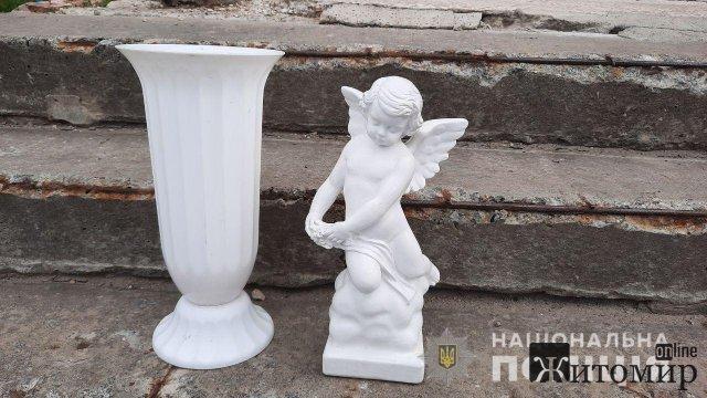 Житомирські поліцейські розшукали чоловіка, який покрав на військовому кладовищі мармурові скульптури. ФОТО