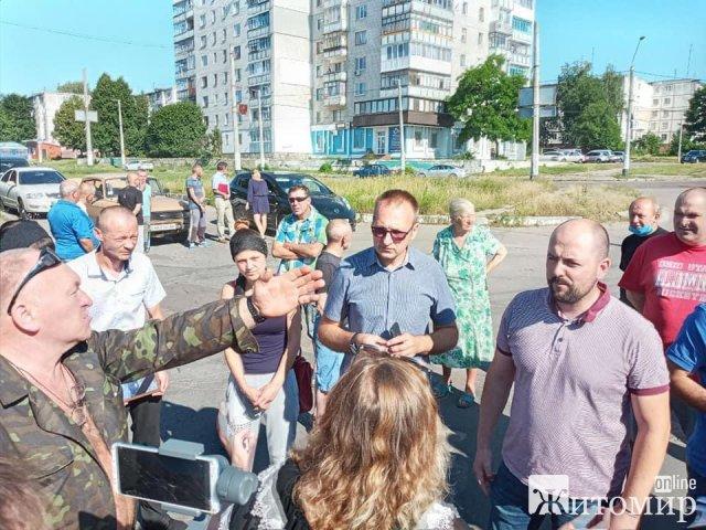 На Польовій у Житомирі зібралися місцеві, депутати та батьки загиблого, під колесами молоковоза, хлопчика. ФОТО