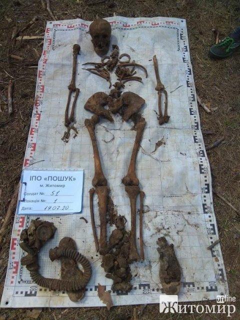 У лісі поблизу Малина чоловік натрапив на рештки солдат. ФОТО