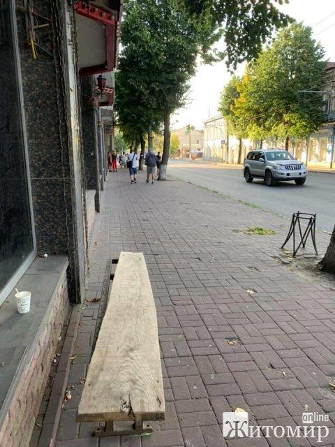 """На зупинці біля Старого бульвару в Житомирі з'явилась """"креативна"""" лавка. ФОТО"""