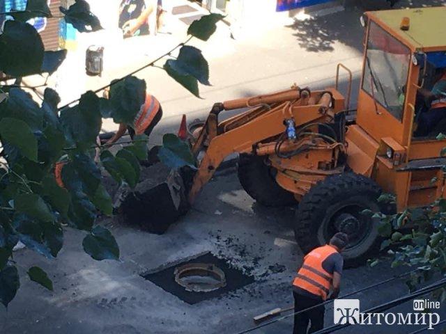 У Житомирі в асфальт закатали люк, через тиждень згадали та зруйнували нове покриття. ФОТО