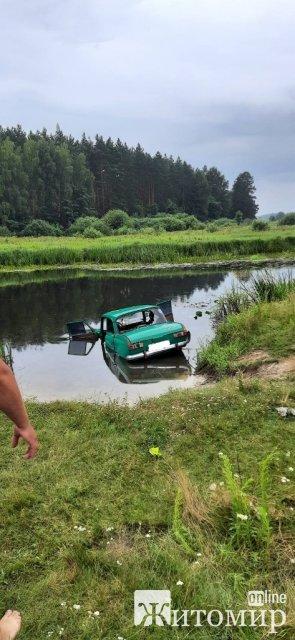 На Житомирщині через ДТП автомобіль злетів у річку: транспорт знаходився за 15 м від берега. ФОТО
