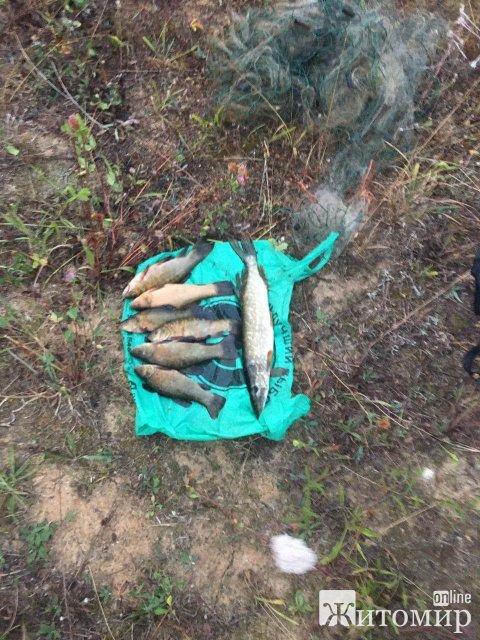 Поблизу одного з сіл у Житомирській області патруль виявив порушників з човном, сіткою та рибою. ФОТО