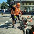 На перехресті в Житомирі до каналізації спустили чоловіка в костюмі та распіраторі. ФОТО