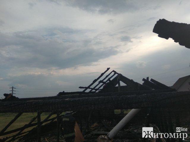 На Житомирщині блискавка поцілила в будинки у трьох селах. ФОТО