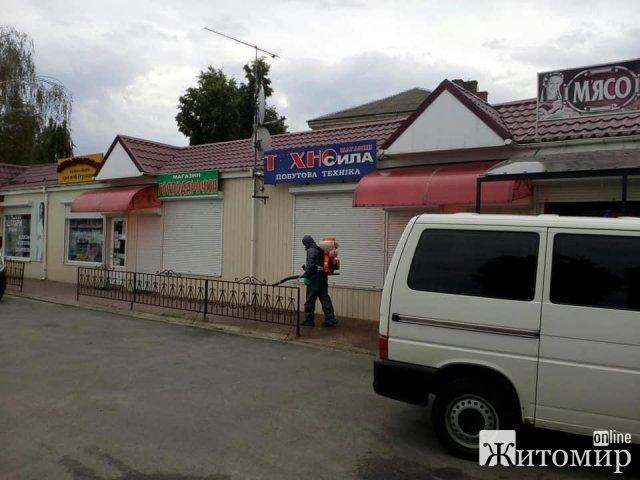 У селищі Житомирської області дізналися про один випадок захворюваності на коронавірус і одразу проведи дезінфекцію будинку та території. ФОТО