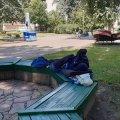 У Житомирі біля бібліотеки на лавці лежить безхатько, в Центр іти не хоче. ФОТО