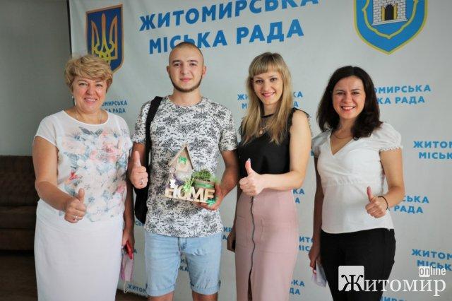 На сесіі міськради 22-річний хлопець отримав ключі від житла в Житомирі. ФОТО