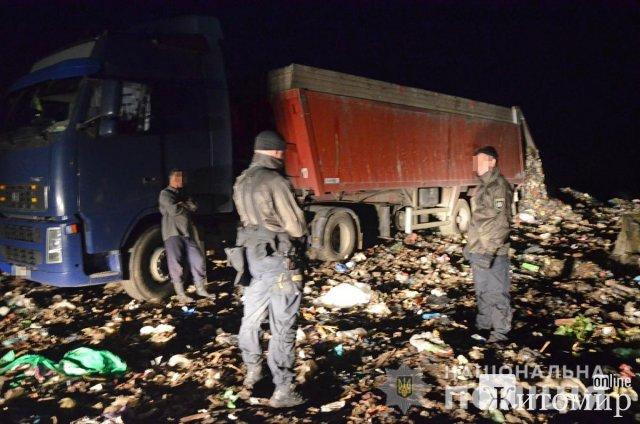 Неподалік Коростеня уночі поліцейські затримали три вантажівки з львівським сміттям. ФОТТ