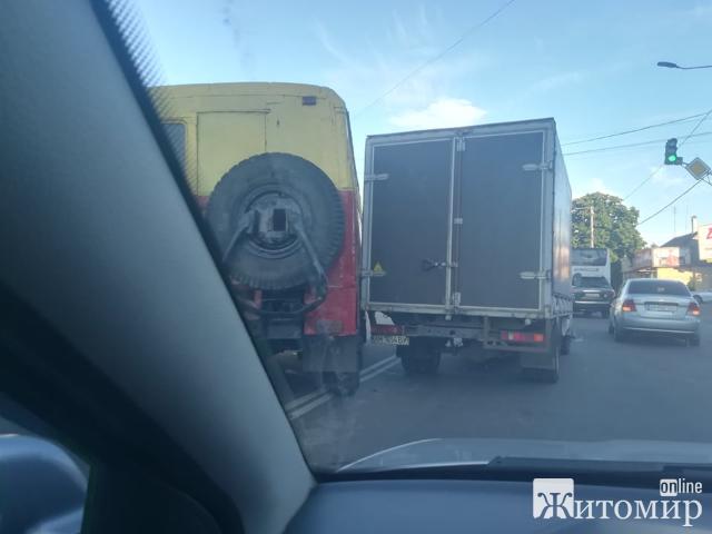 """На Проспекті Незалежності у Житомирі  """"поцілувались"""" 3 авто! ФОТО."""