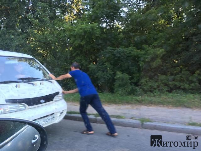 Що трапилось із білим бусіком Хюндай на вулиці Гонти у Житомирі? ФОТО