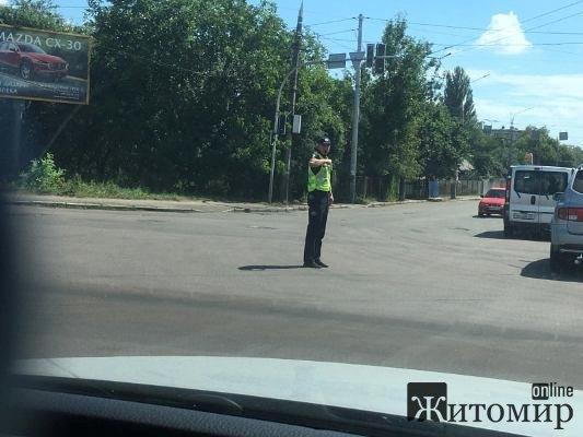 У Житомирі на перехресті проспекту Незалежності та Східної працюють вуличні регулювальники. ФОТО