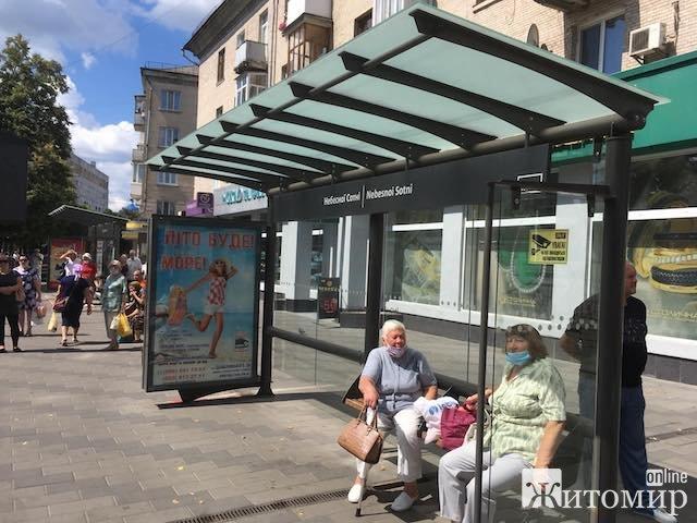 У Житомирі на зупинках люди страждають від пекучого сонця. ФОТО
