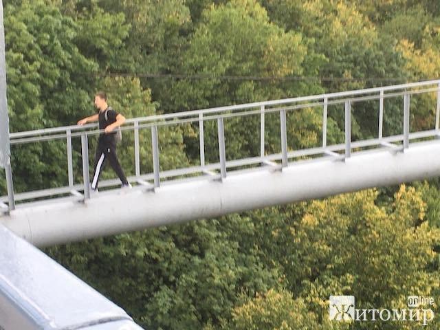 Небезпечні розваги житомирських підлітків на пішоходному мосту у парку Гагаріна. ФОТО