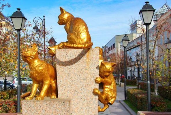 10 неожиданных памятников самым обычным мурлыкам, которые стали туристическими брендами
