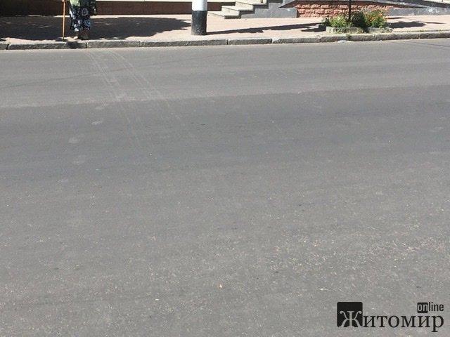 На вулиці Леха Качинського у Житомирі в будь-який момент може трапитися трагедія. ФОТО