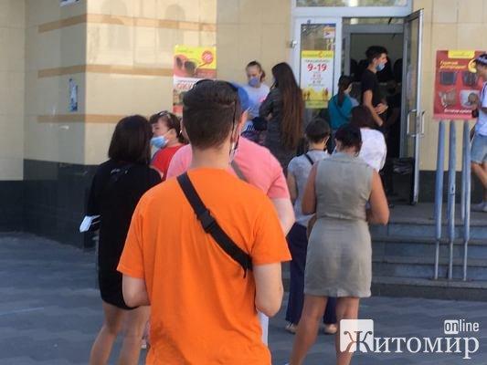 """Житомиряни стоять у черзі під магазином секондхенду """"Економ Клас"""". ФОТО"""