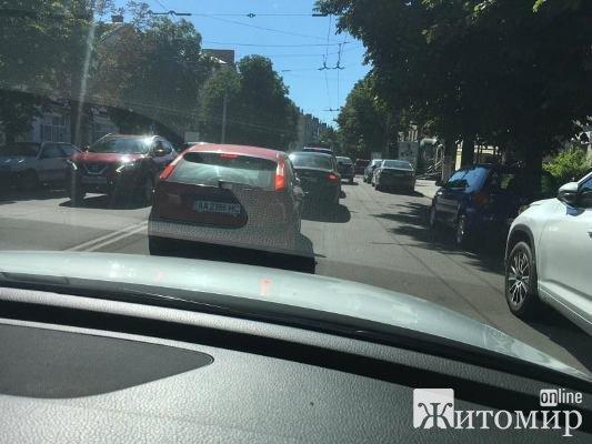 Через ремонт Київської вулиці у Житомирі утворився затор на Театральній. ФОТО