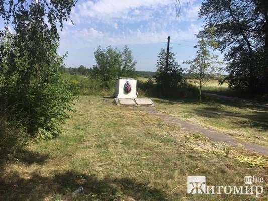 Що із пам'ятником на могилі радянським бійцям під селом Піски? ФОТО
