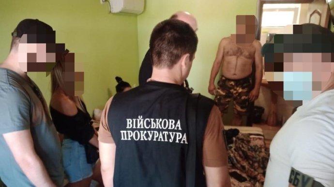"""Чиновник намагався """"відмити"""" мільйон на медичних масках для Збройних Сил України"""