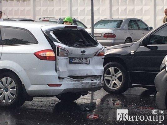 Знову аварія на Корбутівці. ФОТО