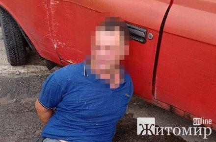 У Житомирі п'яний чоловік з сокирою кидався на людей. ФОТО