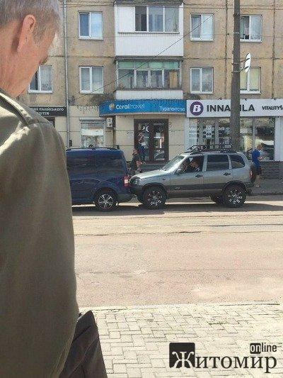 ДТП на вулиці Небесної сотні заблокувало рух трамваям. ФОТО