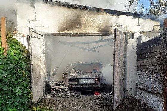 У Житомирі згорів гараж разом з BMW