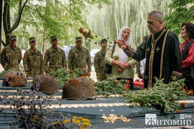 У селі Бердичівського району перепоховали рештки 30 бійців, які загинули в 40-х роках. ФОТО
