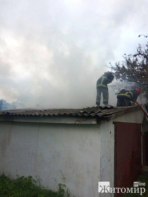 У селі Коростенського району вогонь охопив два сарая та гараж. ФОТО
