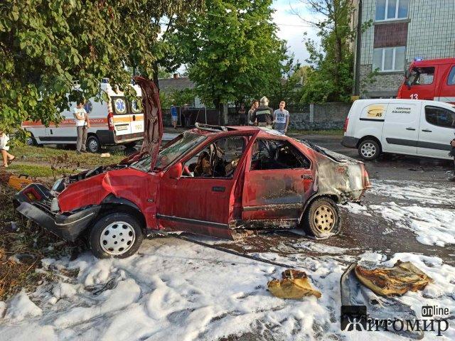 У Малині після ДТП спалахнув автомобіль: рятувальники деблокувати з машини жінку, на якій горіли одяг та волосся. ФОТО