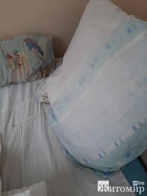 У житомирській дитячій лікарні немає гарячої води, брудна постіль, дитячі ліжечка розвалюються, але медперсонал - хороший. ФОТО