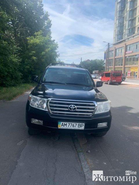 """В Житомире """"особенные"""" паркуются на тротуарах. ФОТО"""