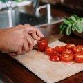 Як без окропу можна швидко видалити шкірку з томатів