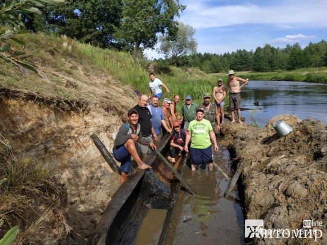 На річці Уборть в Житомирській області відкопали 9-метрового човна, припущень щодо його віку ще немає. ФОТО