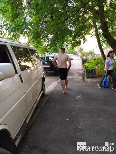 На Крошенській у Житомирі чоловік в стані сп'яніння пошкодив чуже майно та втік. ФОТО