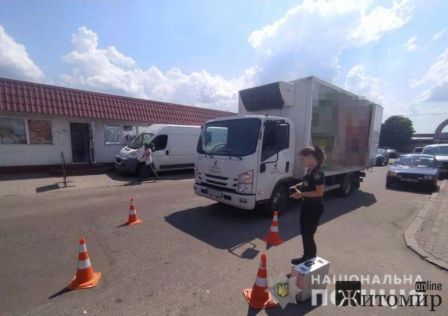 У Коростені біля базару вантажівка наїхала на 3-річну дитину. ФОТО