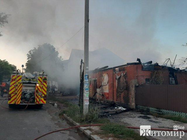 У Коростені горів магазин: вогонь гасили 23 рятувальники. ФОТО