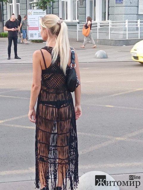 На Михайлівській у Житомирі жінка у нижній білизні викликала подив у містян. ФОТО