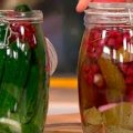 Смачні консервовані огірки з червоною смородиною