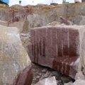 На кар'єрі в Житомирській області чоловік втратив рівновагу та потрапив під камінний блок